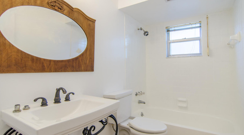 7243 57th Ave N Saint-large-018-23-Bathroom-1500x994-72dpi
